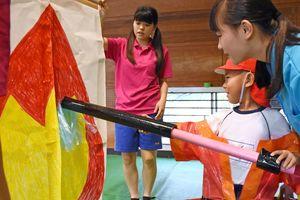 消防士体験をする園児=佐賀市の龍谷高校