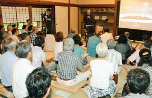 唐津にゆかりある技師についての講演を聴く参加者=唐津市南城内の旧大島邸