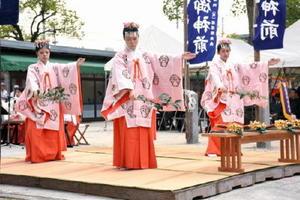 戦没者らに「靖国の舞」を奉納するみこたち=佐賀市の県護国神社
