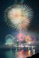 伊万里湾の海上から打ち上げられる色鮮やかな花火=2018年11月、伊万里市(長時間露光)