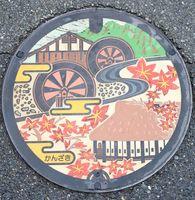 九年庵や城原川などが描かれた神埼市のマンホール=神埼市役所