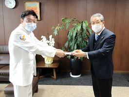山下秀一病院長(左)に寄付金を渡す鍵山俊明代表=佐賀市の佐賀大医学部付属病院