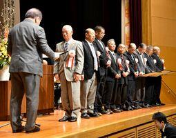 佐賀米・品質向上コンテストで表彰を受ける県内施設の代表者ら=佐賀市のメートプラザ佐賀
