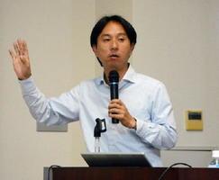 外国人留学生採用のメリットなどを解説する久保田学さん=佐賀市の地域産業支援センター