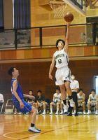 バスケットボール男子2回戦・佐賀北-多久 レイアップシュートを決める佐賀北の選手=佐賀市の龍谷高校体育館