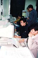 新元号「平成」にするためプログラム変更に追われる伊万里・北松地域広域市町村圏組合電算センターの職員=平成元年1月8日、伊万里市