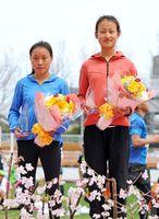 フルマラソン女子2位の李井芬(左)と同3位の崔江平=県総合運動場陸上競技場