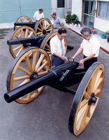 県機械金属工業連合会の手で復元されたアームストロング砲(前列左が田中会長)=平成元年9月撮影