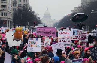全米で反トランプ政権の女性デモ