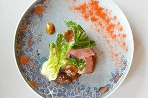 唐津産の金桜豚(きんざくらとん)には、みそ、奈良漬、黒ニンニクのソースとスモークの香りをまとわせたパプリカパウダーを合わせて。器は十四代今泉今右衛門さん作