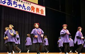 そろいの衣装で踊りを披露する出演者=佐賀市の諸富文化体育館