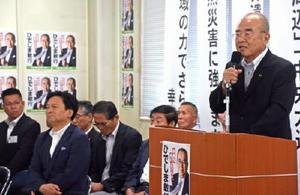 事務所開きで、出馬の決意を語る秀島氏=佐賀市の後援会事務所