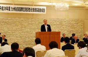 九州佐賀国際空港活性化推進協議会総会であいさつする井田出海会長=佐賀市のグランデはがくれ
