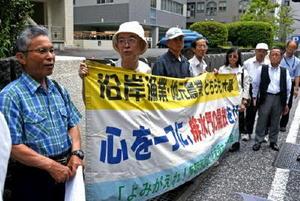 訴訟の審理を前に、早期の開門を訴える漁業者や支援者=長崎市の長崎地裁前
