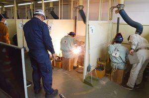 県内の高校生29人が挑んだ溶接競技大会=佐賀市の県工業技術センター