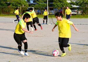 1対1の練習に取り組む選手たち=みやき町の三根運動場