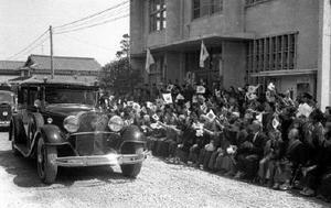 有田町の歓迎の様子=1961(昭和36)年4月