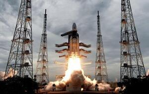 7月22日、インド南部で打ち上げられた無人月探査機「チャンドラヤーン2号」(インド宇宙研究機構提供、AP=共同)