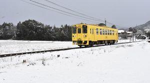 白銀の世界をJRの黄色い列車が走っていた=11日正午、伊万里市松浦町の桃川駅付近