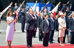 トランプ米大統領夫妻(左)の歓迎行事に臨まれる天皇、皇后両陛下=27日午前、宮殿・東庭