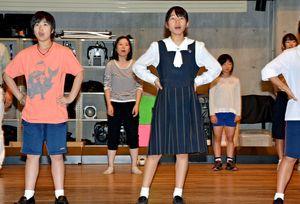 本番に向け発声練習をする林姫役の尾形さん(中央)=多久市北多久町