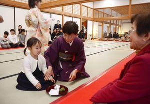 学生らが薄茶と箏の演奏でもてなした伝統文化こども教室=佐賀市の佐賀城本丸歴史館