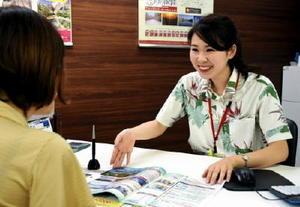 窓口で旅行の相談に応じるスタッフ=佐賀市のJTB九州佐賀支店