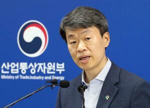 2日、韓国・世宗市で記者会見する産業通商資源省の羅承植・貿易投資室長(聯合=共同)