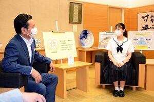 山口祥義知事を表敬訪問した高校生平和大使の川﨑花笑さん(右)=県庁