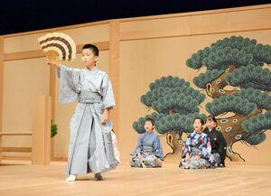 「岩船」で力強い龍神を演じる児童=神埼市千代田町のはんぎーホール