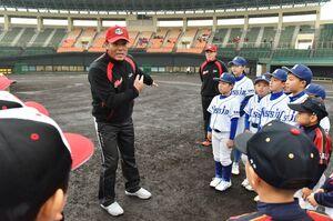 走塁について指導する野球日本代表の稲葉篤紀監督=佐賀市のみどりの森県営球場