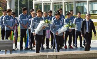 サッカーU22代表、広島で献花