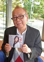 作曲を担当した歌手彩琳の新譜「新宿赫い雪」をPRする佐瀬寿一=佐賀市の佐賀新聞社
