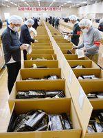 出品されたノリの品質をチェックする流通業者=佐賀市の佐賀海苔共販センター