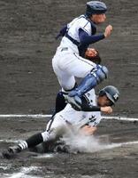 1回戦・三養基-神埼 神埼6回裏1死二塁、3番野田涼太が適時二塁打を放ち、二走・福永俊介(下)が生還、5-4と勝ち越す=佐賀ブルースタジアム