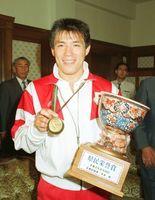 バルセロナ五輪後、初となる県民栄誉賞に。金メダルを胸に受け取った古賀選手=平成4年8月18日、佐賀県庁