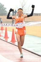 中学男子 首位でゴールする多久RCのアンカー諸田雄生=鹿島市陸上競技場