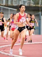 陸上女子800メートル決勝 集団から抜けだし、一気に差を付ける佐賀北の稲田亜衣=佐賀市のSAGAサンライズパーク陸上競技場