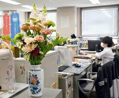 「花いっぱい運動」で職場に飾られた花=県庁