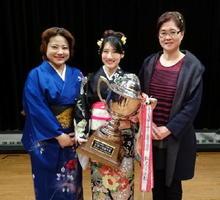 グランプリの松尾安紀さん(中央)と2位の吉富今日子さん(左)、3位の請田美香さん=白石町ふれあい郷自有館ホール