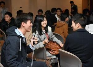 留学について意見交換する参加者=佐賀市の佐賀大学本庄キャンパス