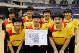 全九州高校新人卓球選手権大会で3位に入り、全国大会出場を決めた佐賀商のメンバー=鹿児島県の鹿児島アリーナ(提供写真)