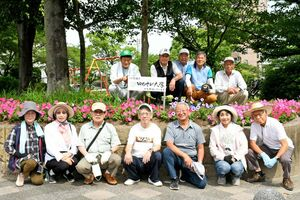 地域貢献の一環として、花壇の手入れを行うゆめさが大学佐賀校の学生ボランティア=佐賀市の草場公園