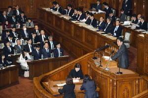 衆院本会議で民進党の野田幹事長の代表質問に答弁する安倍首相=23日午後