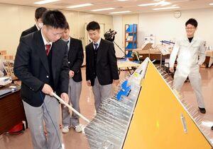 電気科のチームが作ったイライラ棒に挑戦する生徒=有田町の県立九州陶磁文化館