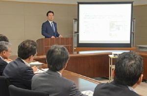県政策調整会議で、6月定例県議会に提案予定の一般会計補正予算案について説明する山口祥義知事=県庁