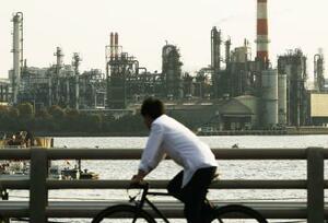京浜工業地帯の工場群=4月、川崎市