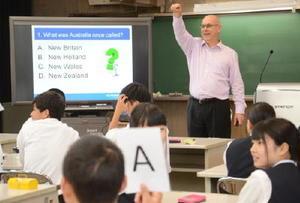 オーストラリアの地理や文化についてクイズを出題するクイーンズランド大のスコット・ライズマン教授=白石町の佐賀農業高