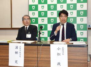 記者会見してキッズウイーク創設を発表する小松政市長(右)と浦郷究教育長=武雄市役所