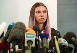 5日、ポーランドのワルシャワで記者会見に臨むクリスツィナ・ツィマノウスカヤ選手(ロイター=共同)